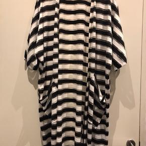 Super smart  knælang stribet kimono  Størrelse: ONE SIZE Farve: Sort Hvid med sølv Strib også  med lommer foran .  Så fin som ny