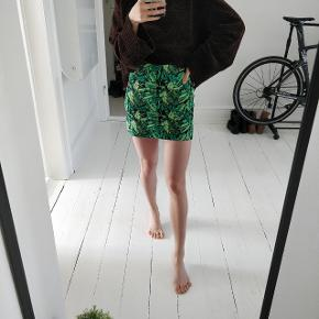 Skirt from h&m 🌴 Beautiful spring/summer tropical print. High waisted. Skinny fit. 100% cotton. Total length: 37cm
