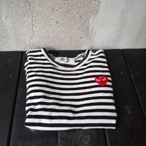 Comme Des Garcons Play Trøje! En mega fed trøje, som går til de fleste outfits!  OG: intet Cond: 7, fin stand udover lille hul Str: M (fitter 155-165) Pris: 325kr Ellers byd.