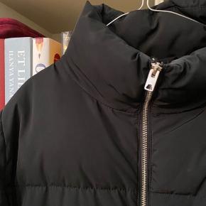 Dunjakke fra H&M. Er egentlig en L, men fitter M og hvis man vil have den lidt oversize, også en S. Dejlig varm🍂  Dynejakke, dunjakke, puffer, vinterjakke
