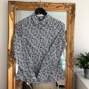 Figursyet skjorte fra H&M i str. 36Flot mønstre i mørk blå og hvid :-)