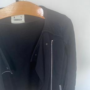 Sælger min jakke fra Karen by Simonsen. Den er aldrig brugt og fejler derfor intet. God som efterårsjakke