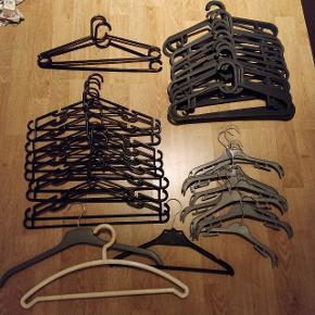 Helt nye sælger da jeg fik nogen andre istedet for dem De er fra Ikea og koster normalt 79 kr for 10   Jeg sælger for 5 kr stk eller 10 for 35 kr 😊  Jeg har 20 flade sorte 10 runde sorte  2 andre runde sorte  9 grå (små) 1 grå 1 sort med sølv hank 1 stor tyk hvid