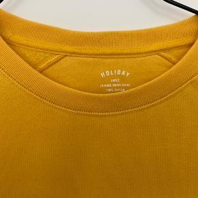 Holiday sweatshirt sælges, da den ikke passer. Købt i Storm.