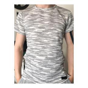 Lækreste (!) trøje fra just junkies. Den er gået op i den ene syning, hvilket fremgår på billeder, dette kan sys.