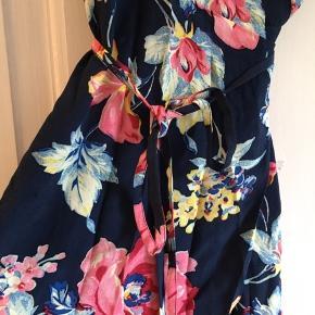 Skøn sommerkjole i lækker let kvalitet. Det er str 42, men den passer nærmere til 38-40 (lidt lille over barmen) pga det er en slåomkjole.
