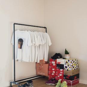 Sælger dette fede tøjstativ som er lavet i lækkert design.   120cm bredt 150cm højt  Kan skilles ad