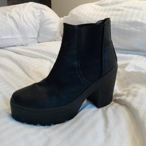 Fede støvler med chunky sål i læderlignede materiale og med elastik i siden. Rigtig gode at gå i. Brugt meget få gange👢  Byd gerne!! 🙋 Rabat ved køb af flere produkter - alt skal væk🌻  Skriv for flere billeder og information💌