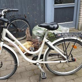 Pigecykel Von Backhaus 26 tommer 10-12 år 7 gear Har monteret magnetlygte og cykelkurv Har selvfølgelig brugsspor, glas er faldet af på gearskifter, men uden betydning for brugen. Trænger til en kærlig klud.  Skal have nye dæk og slanger, derfor prisen.