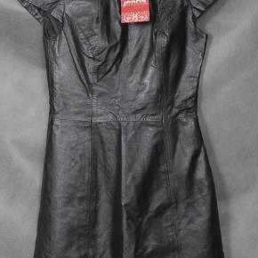 Mærke: Vero Moda Style: Galaxo Leather Dress Design: 10011627 Størrelse: S Farve: Sort Materiale: 100% fåre læder. Foret 100% polyester Kjolen: en lidt kraftigt skind og Lidt skinnende.. lynlås i siden og bagpå. Længde 80 cm og bryst mål fra armhule til armhule 45 cm. Stand: Brugt få gange  Sælges 325 kr