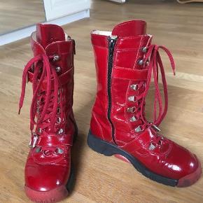 Varetype: Støvler Farve: Rød  Jeg sælger mine elskede røde lakbumbers. Jeg får desværre ikke brugt. De har stået mange år i mit skab, nu skal de videre. De har en smule slidmærker, men jeg synes kun de er blevet federe af det. Tror se er ret sjældne. Jeg har ihverttilfælde ikke kunne finde nogen 😀