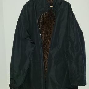 Ukendt mærke. Vendbar jakke. Ca. Str 54 spørg evt for mål. Der er en rep på den ene lomme se billeder