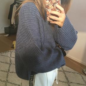 Sælger denne lækre blå sweater, da jeg aldrig har fået den brugt. Standen er perfekt, da den som sagt, bare har hængt i skabet :)