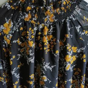 Sender mandag og fredag  Fineste kjole fra Na-kd, gået med 2 gange kan ikke ses, sælges siden jeg ikke får gået med den. Den har gennemsigt ærmer og fed åben ryg detalje, blomsterne er lidt mærker gul.  Tjek også mine andre annoncer ud ✨