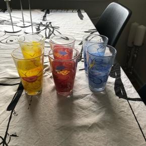 Diverse Poul Pava ting. 6 vandglasset. 2 krus. 2 termokrus. 4 æggebæger. Te kande. 8 skåle 2 af dem med brugsmærker. 2 fyrfadstager   Seriøse bud modtages