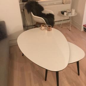 sofabord -fejler intet, har dog en smule brugs skrammer, som ses på billederne. Ikke noget der ikke hurtigt, kan fikses. Kan afhentes efter d 24.01.19 Prisen er for begge borde og sælges kun samlet. Målene på det store bord 78 cm bredt, 110 langt og 46 cm højt. Det lille bord måler 65 cm lang 55 bred og 43 cm højt