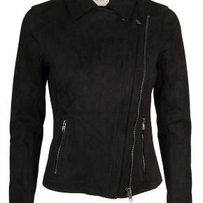 Perth Suede jakke fra Neo Noir.  Trendy kort biker jakke i smart ruskindslook med fine lynlåsdetaljer. Jakken er udformet i en lækker blød kvalitet med masser af stretch. Lavet af 90% Polyester, 10% Spandex  Nypris 800 kr