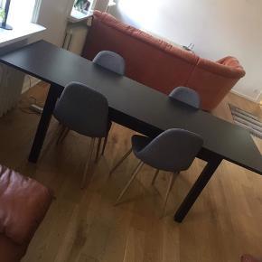Spisebord fra Ikea, kan afhentes i Kolding. Kan som beskrevet på billedet trækkes ind og ud med tillægsplader.