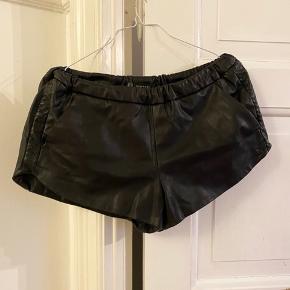 Super fede læder look Zara Trafaluc shorts med dejligt blødt fór inden i. De har lommer og en fin detalje på siden, se sidste billede. De er lidt for store til mig, da jeg er str XS