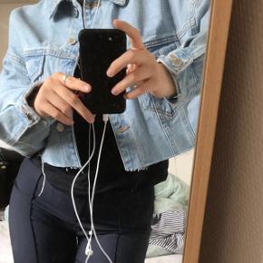 Cropped denim jakke fra Zara. Str S