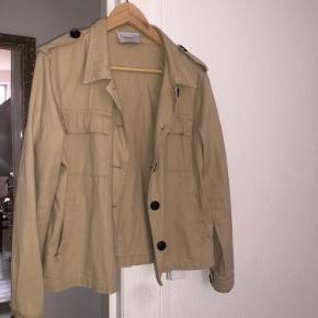 Kan bruges som både skjorte eller en let Jakke, sender gerne flere billeder
