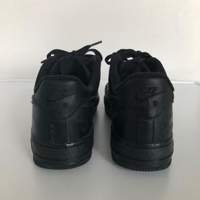 Nike Air Force 1 i sort i størrelse 38. Nyprisen var 750kr. Brugt én enkelt gang, og har derfor overhovedet ikke tegn på slid eller lignende. BYD GERNE.