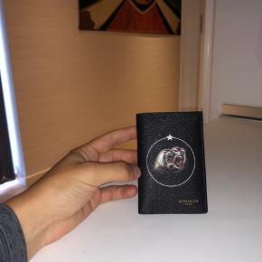 Super Clean Cardholder fra Givenchy - i Læder.
