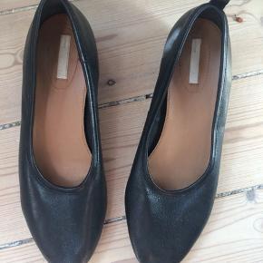 Virkelig fine ballerinaer i ægte læder, og med en lille hæl. Købt herinde, men er en tand for små til mig, og derfor ikke kommet i brug.