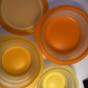 3 skåle (med låg) fra tupperware i gul og orange - kan slås sammen, så de ikke fylder noget i skabet, når de ikke bruges. Kan gå i opvask og er 100% tæt