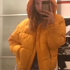 Næsten ikke brugt og er god som vinter jakke. Den er lidt beskidt i ærmerne men kan lige prøve at vaske den:) Byd gerne