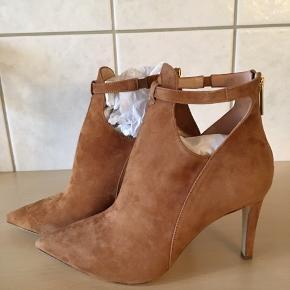 Virkelig smukke støvler fra Apair, gået i indendøre i får timer.  Lynlås bagpå, skindbeklædt hæl på 9 cm.