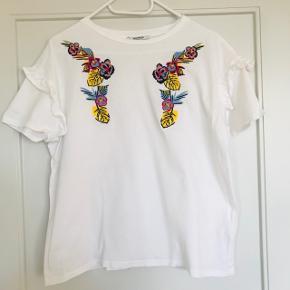 Fin Zara trøje i str. M  Næsten ikke brugt, steamet og klar til at få en ny ejer!   Nypris: vides ikke