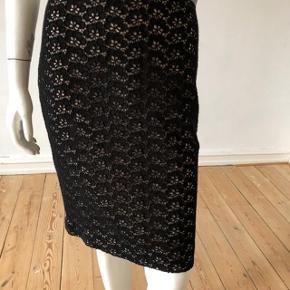 Smuk nederdel fra DVF, model Stevie Acorn lace.  Brugt meget få gange, er som ny og fejler intet.  Lynlås til side.  Byttes ikke.