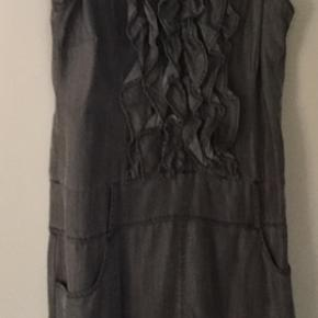 Fin Dranella sommerkjole og meget behagelig at have på. Fin hals med to lommer foran. Brystvidde 54 x 2 cm og længde ca 100cm Str 42.  Porto betales af køber med 45 kr.