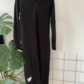 Mads Nørgaard kjole, går til omkring knæene men lidt længere bagpå Går op i halsen med lynlås Skriv for flere billeder