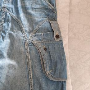Rigtig sød cowboy nederdel, i tyndt og blødt cowboy stof, perfekt til sommeren med bare ben men også sød med leggins el strømpebukser under.  Nederdelen er knæ lang v 176 cm. Den er kun brugt få gange og fremstår som ny.