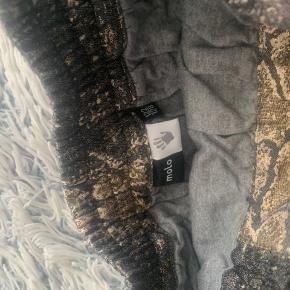 Super fin nederdel fra Molo i et lidt kraftigt materiale.  Kun vasket i str.122/128 Kommer fra røg/dyrefrit hjem. Sender gerne, men så er det på købers regning. Ellers kan nederdelen afhentes i Tølløse.