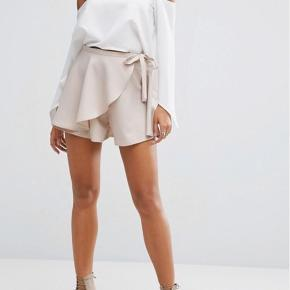 Skorts fra Asos (nederdel/shorts) i mærket Parallel Lines.   Brugt et par gange. Uden mærker eller slid. Vær opmærksom på at farven er lidt mørkere nude i virkeligheden end på 2 første billeder fra Asos.