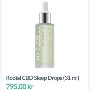 Rodial CBD Sleep Drops, er en serum specielt udviklet til at virke lindrende, beroligende samt til at reducere rødme.  CBD har en fugtgivende virkning på huden, og tilfører en smuk glød til huden.  Serummet er specielt ideelt til dig, der oplever at din hud føles stram, stresset, rød og har fine linjer.