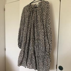 Super fin kjole fra h&m. Den er i god stand trods brugt. ✨ Med sløjfe i halsen. 💕  Xl