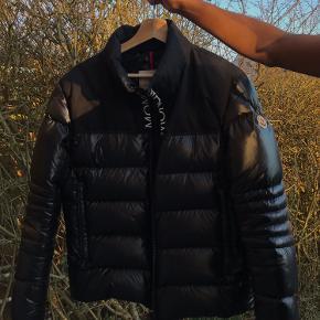 Vil du gerne se stilet ud? Så kig nærmer her 😁  Sælger den sindssyge Moncler jakke Cond: 8,5 Str 3 - M fitter 175 +/- Alt OG haves! Kan lave meetup København og Hellerup