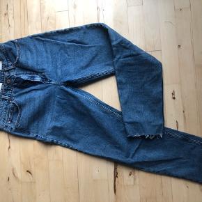 Str 32 i livet og længde 34. Mom jeans