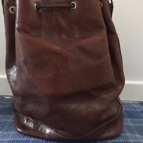 Vintage bucketbag/skuldertaske i ægte læder. Med lille indvendigt lynlåsrum 31 cm høj Hank ca. 78 cm God stand 225kr  #vintagetaske #bucketbag #muletaske #vintagelædertaske #vintagelæder #kernelædertaske
