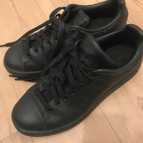 """Varetype: Sneakers Størrelse: 39 1/3 Farve: Sort Oprindelig købspris: 600 kr.  Sorte adidas sneakers i modellen """"stan smith"""". Skoene har kun været brugt én gang, hvilket tydeligt fremgår af både sko og sål. De er så gode som nye. Da jeg sælger pga pengemangel, bytter jeg ikke. Skoene kan afhentes i københavn, hvis du vil spare fragten."""