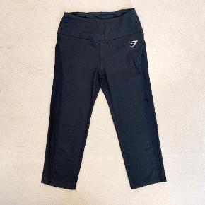 Tights med mesh-detalje på benene. Materiale: 87% polyester, 13% Elastan. Måler  50 cm i skridtlængde.