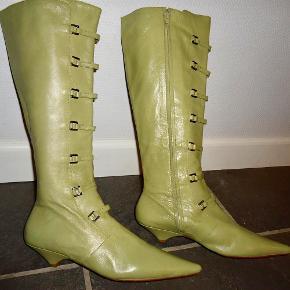 Eksklusive skind / læder støvler Farve: Lys oliven grøn Oprindelig købspris: 1949 kr. Stilede støvler fra Apair. Skind yderst, inderst + sål. Lynlås i siden. Lille hæl. Metalforstærkning af sål i snuden. Skaftvidde målt langs overkant : 37 cm. Aldrig brugt. Sender gerne på købers regning : DAO 39,-