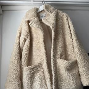 Sælger denne populære jakke fra Monki, da jeg ikke får den brugt. Den passer en Small/Medium