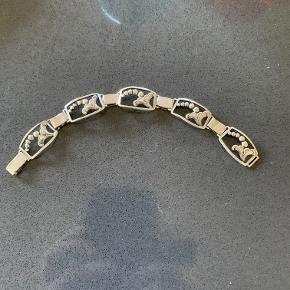 Vintage Art nouveau armbånd i sølvplet. De forbindende led har lidt brugsspor men ellers fin stand og fungerede lås. Længde 19 cm. Pris kr 95