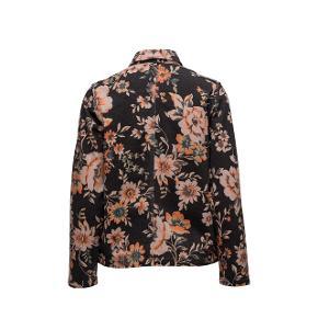 Samsøe & Samsøe Vera jacket  Farve: Black Bloom Lille i størrelsen. Passer small/medium Sælger, da jeg ikke får den brugt Skriv for billeder 💛 Byd gerne!