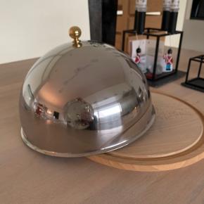 """Klokke som vist på billedet. Bund af træ og """"hat"""" i metal. Perfekt til tapas. Sendes ikke."""